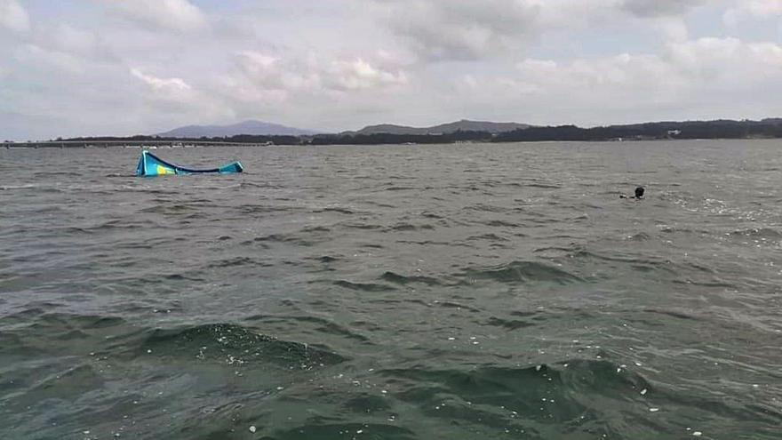 Los vigilantes de A Illa rescatan a un kitesurfista en apuros en las proximidades de O Bao