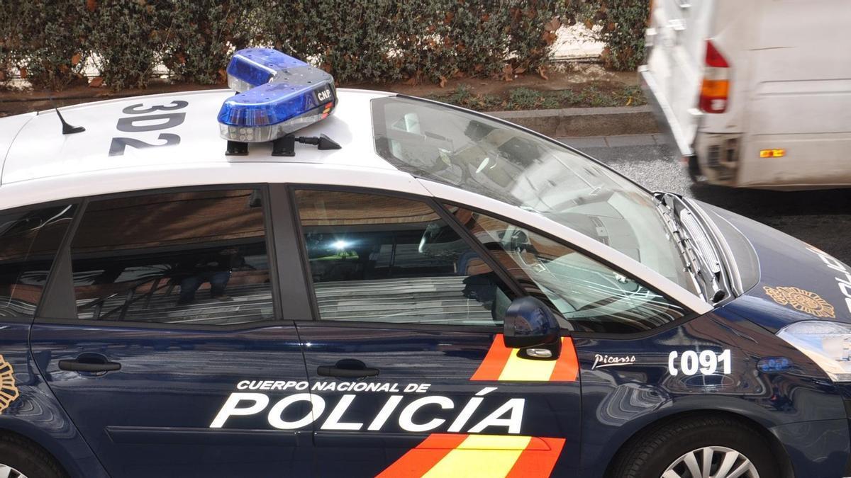 Archivo - Vehículo de Policía Nacional frente a la Comisaría de El Ejido (Almería)