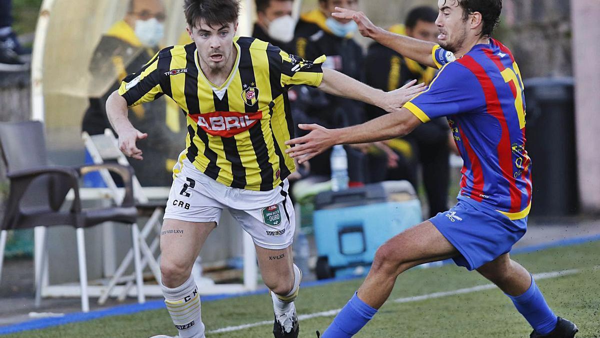 Juan Barbeito, del Rápido, conduce el balón ante Berni, del Pontellas, en el partido de ayer. |  // ALBA VILLAR