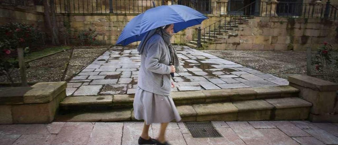 Una monja benedictina, ayer por la tarde, pasando por delante del monasterio de San Pelayo, en Oviedo.