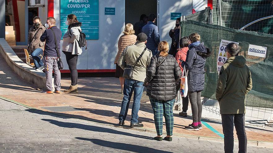 El retraso para una PCR en la sanidad pública de Alicante dispara la demanda en la privada