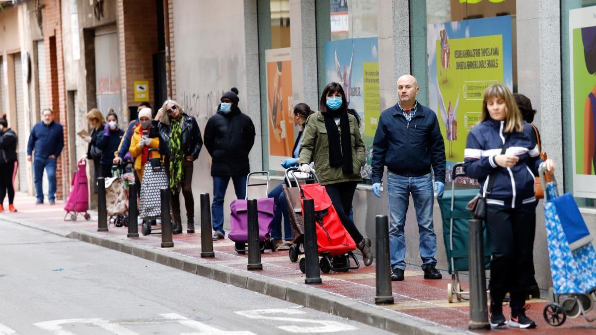 Colas de clientes ante un cajero de Murcia.