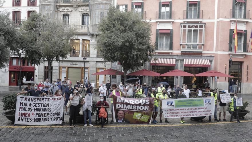 Vecinos y empleados protestan en Cort por del mal servicio de la EMT