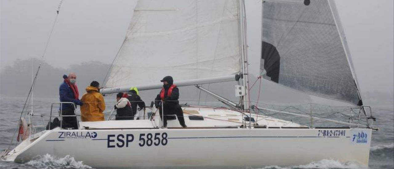 """El """"Ziralla Primero"""" durante la navegación de ayer entre Marín y Vilagarcía.    // FDV"""