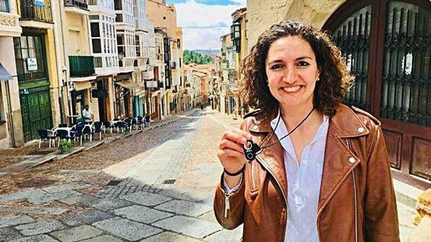 Cristina Ruiz, en la calle Balborraz, muestra el botón Findme que ha creado su empresa.