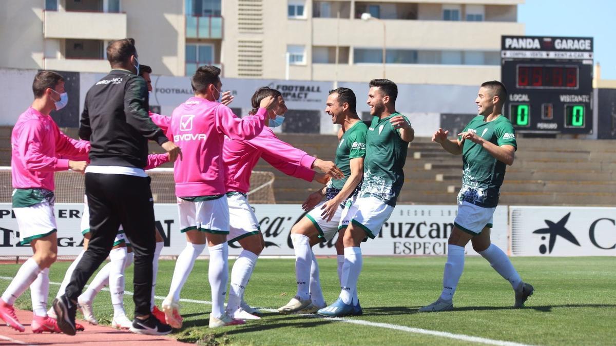 El Córdoba CF celebra uno de los cinco goles que marcó, el pasado domingo, a la Balompédica Linense.