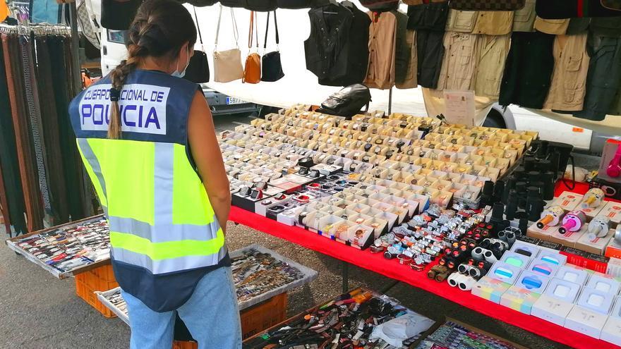 La Policía Nacional detiene en Dénia a dos personas por la venta de productos falsificados