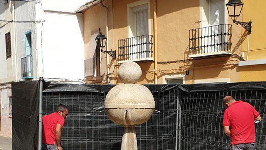 Reparan la base de la fuente histórica de Xàtiva que fue embestida por un conductor