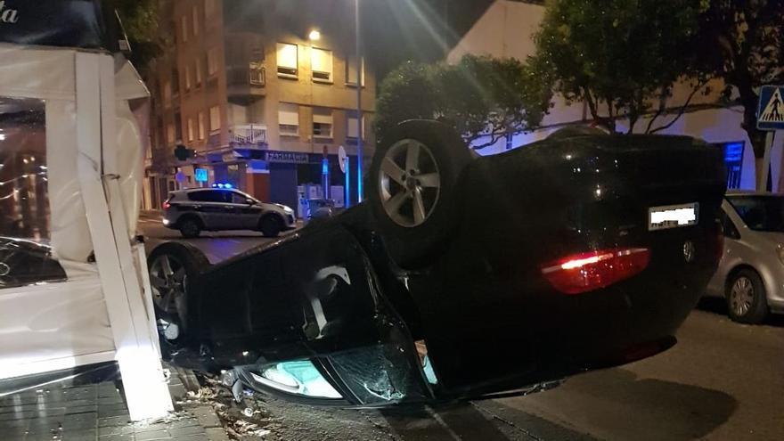 Un coche vuelca en Almassora, golpea contra la terraza de una heladería y su conductor se da a la fuga