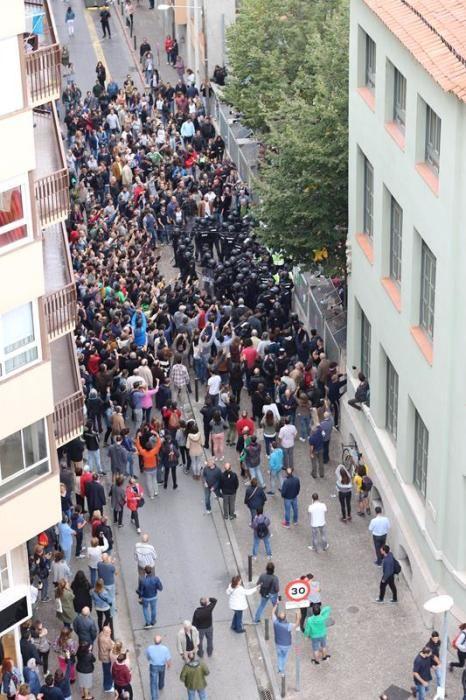 La Policia Nacional desallotja el col·legi Verd de Girona