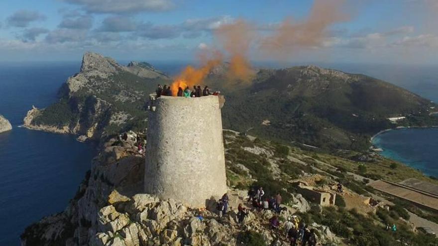 El mal tiempo pospone el encendido de las torres de defensa de Mallorca