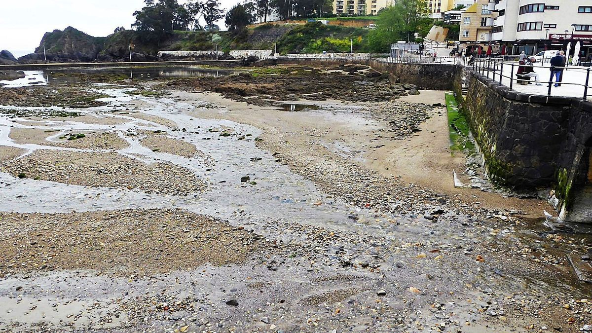 Cantos rodados y, al fondo, rocas en la margen derecha de la playa de Santa Cruz, en una marea baja de la semana pasada.     // M.V.