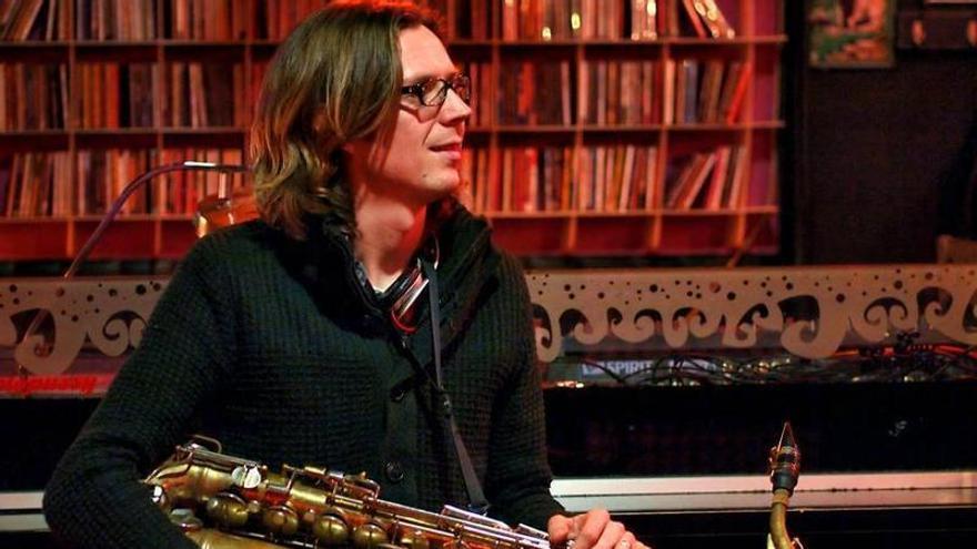 El saxofonista Simon Mark Taylor ameniza el Palasiet