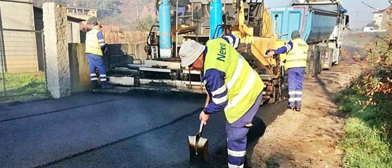 Trabajos de pavimentación en Orbenlle que no fueron justificados  a tiempo por el gobierno local de Porriño. |   // D.P.
