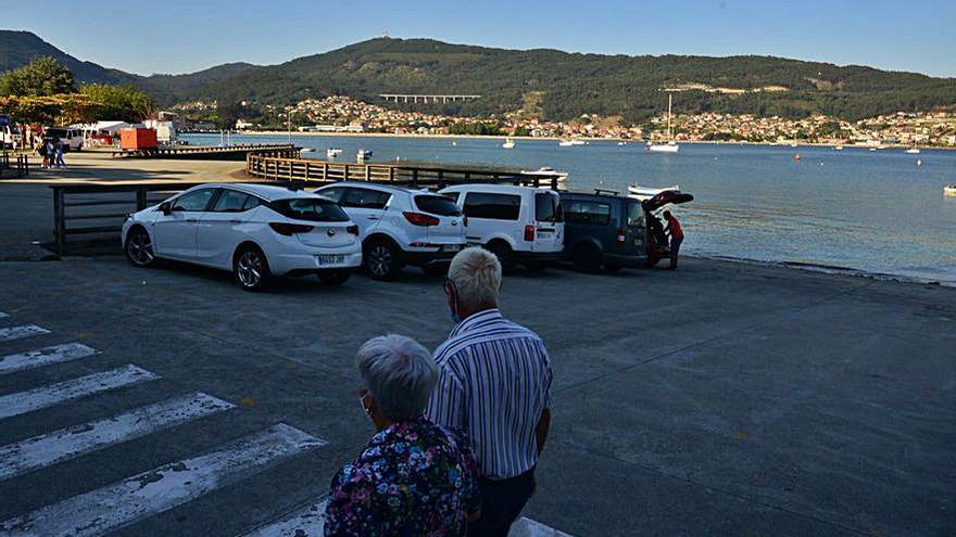 La llegada de un velero a repostar en Moaña provoca un revuelo y la presencia de la Guardia Civil