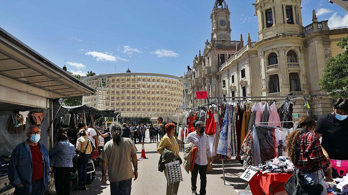 Mercadillo en la plaza del Ayuntamiento de València