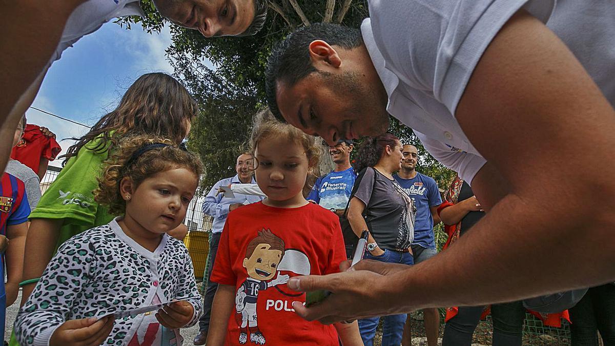 Imagen de archivo de una visita del futbolista Pedro Rodríguez a Arico.