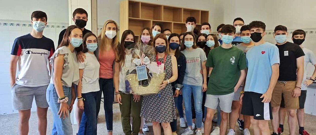 Rosma Yagüe con sus alumnos y alumnas de primero de bachillerato, quienes la propusieron para el galardón | LEVANTE-EMV