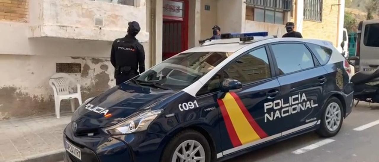 La Policía en uno de los inmuebles de Alicante donde detectaron casas ocupadas.