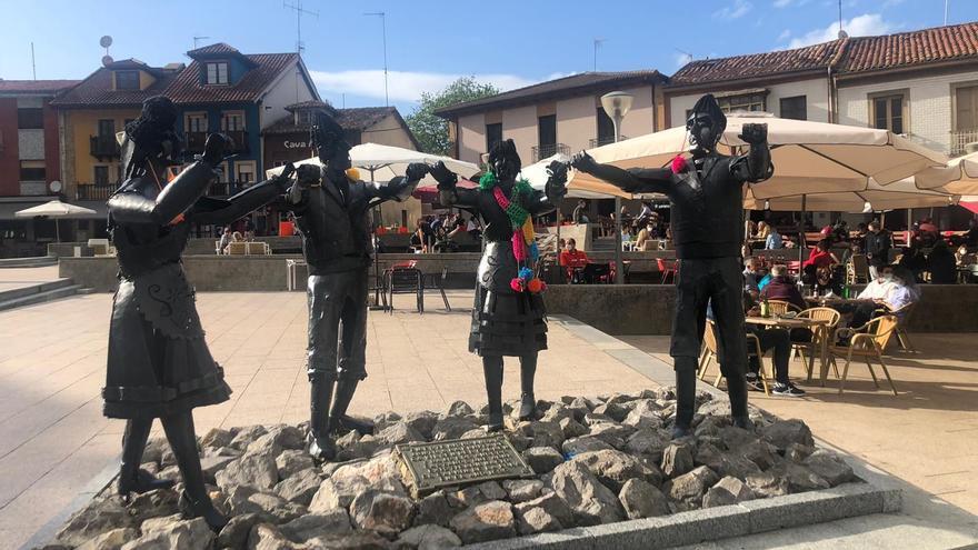 ¿Quién está detrás de la misteriosa decoración de la plaza de Les Campes?