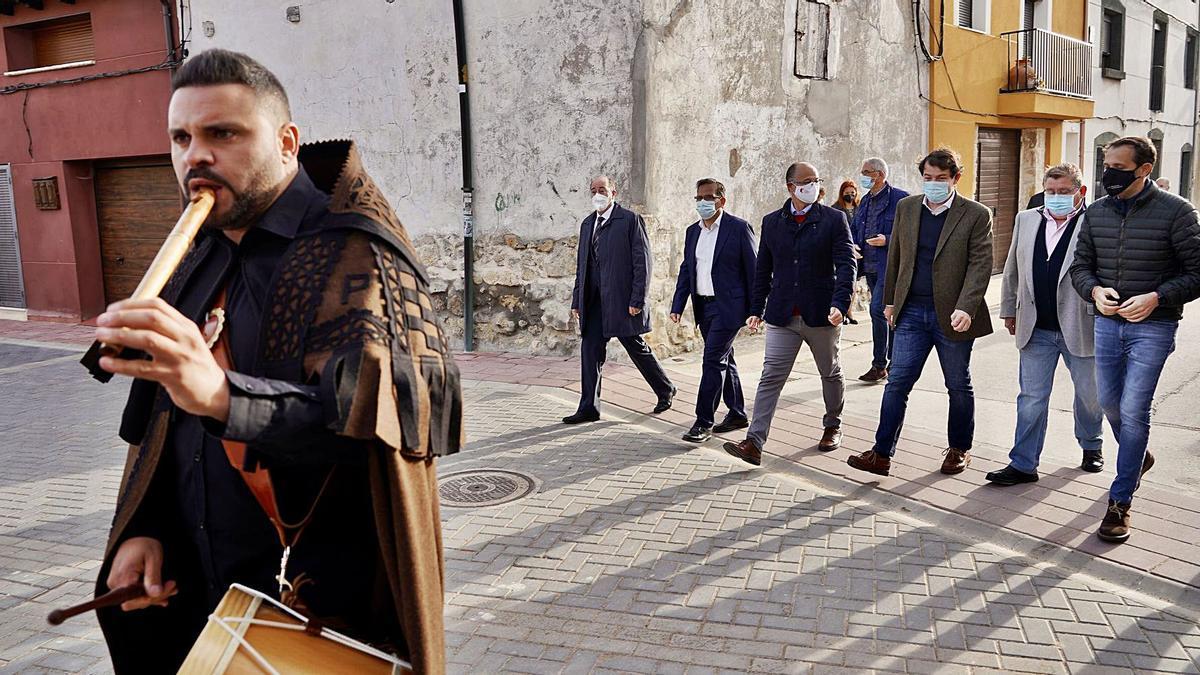 El músico zamorano, Luis Pedraza, encabeza la comitiva que atravesó ayer Peñaflor de Hornija y en la que estaban el presidente de la Junta, Fernández Mañueco y el presidente de las Cortes, Luis Fuentes, ambos en el centro, entre otras personalidades. | Ical
