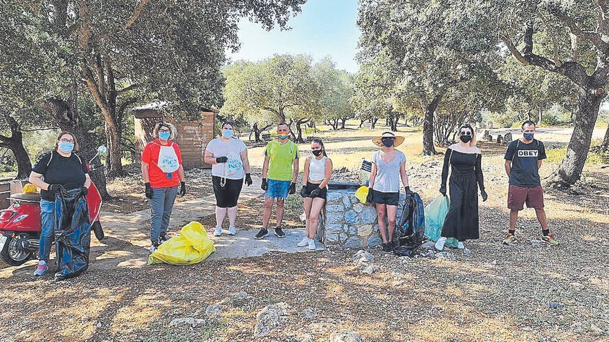 Voluntarios recogen residuos en el Puig de Santa Magdalena de Inca