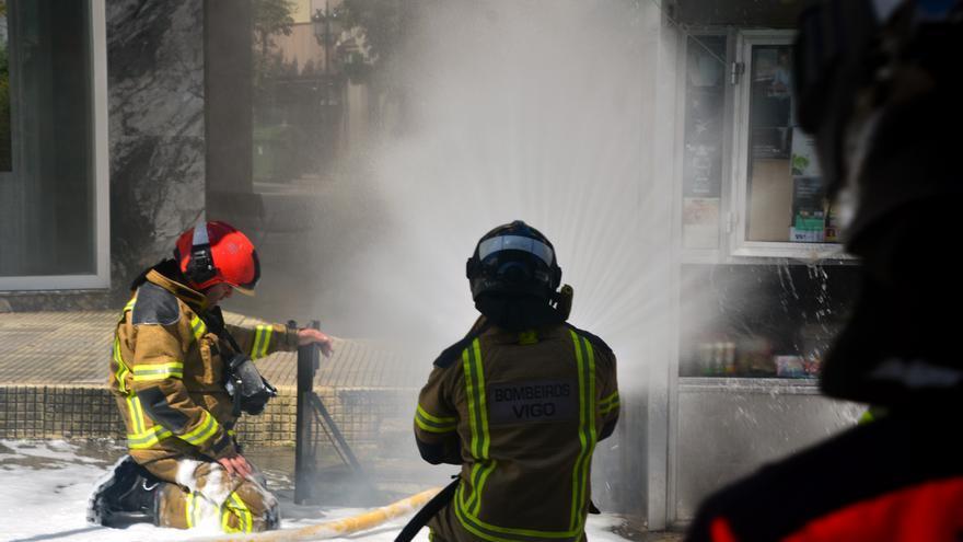 El incendio de una centralita en la Calle Pizarro provoca un accidente con un motorista herido