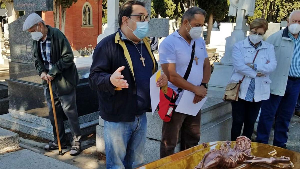 Manuel Lobo (izquierda) y Diego Penna (a su lado), rezando un responso en un funeral en el Cementerio de San Atilano.