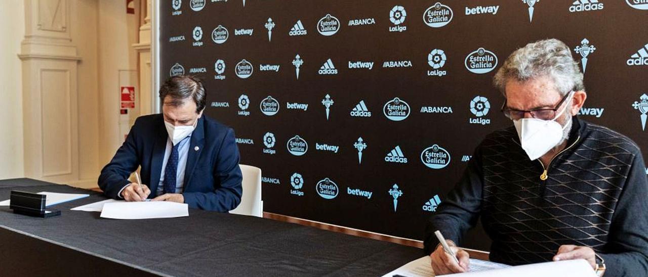 Felipe Miñambres y Carlos Mouriño firman el contrato que vinculará al astorgano con el Celta por una temporada más. // RC CELTA