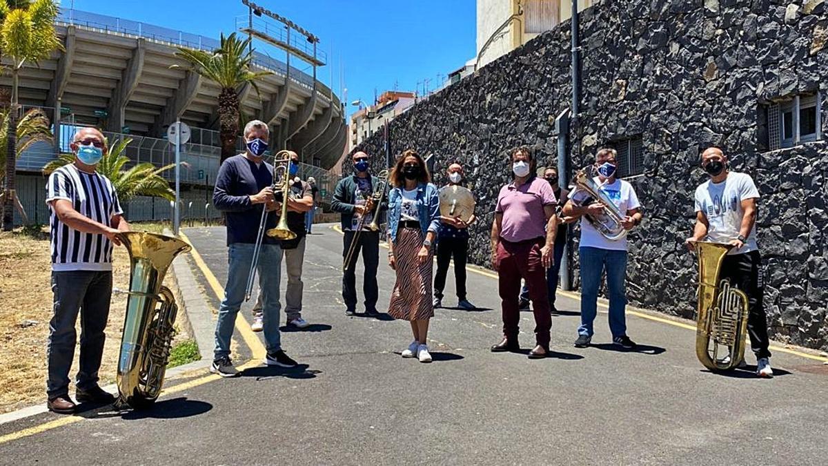 La concejala de Cultura, Gladis de León, junto al grupo de metales y percusión de la Banda Municipal de Música.