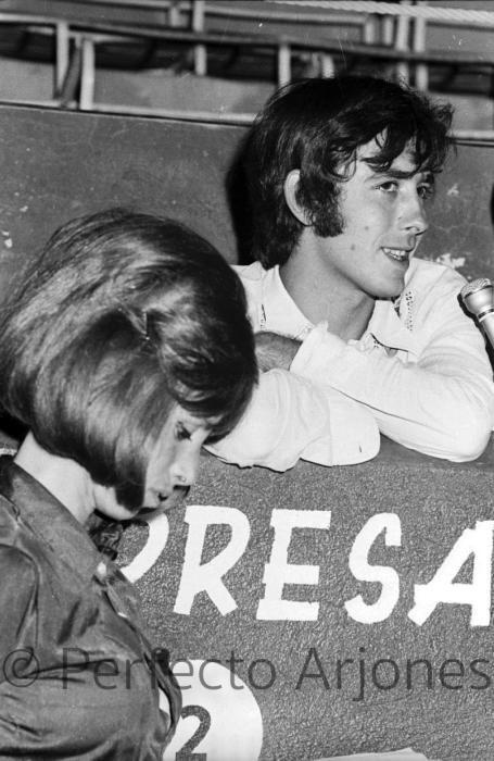 JOAN MANUEL SERRAT, ENTREVISTADO POR PIRULA ARDERIUS EN EL FESTIVAL DE BENIDORM. JULIO 1969.