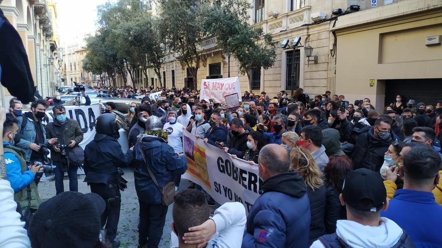 Un millar de manifestantes se dirigen hacia Cort tras protestar frente al Parlament