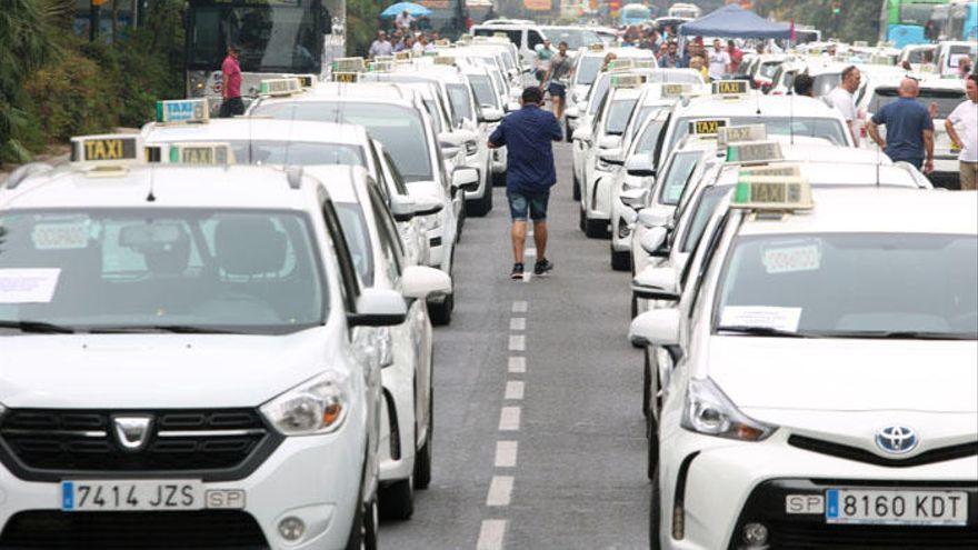 Piden a la Junta la protección del sector del taxi controlando la actividad de las VTC