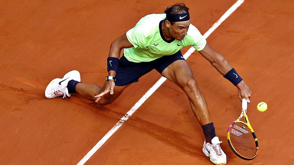 Rafa Nadal en acción durante el choque de ayer en Roland Garros. | EFE/EPA/IAN LANGSDON