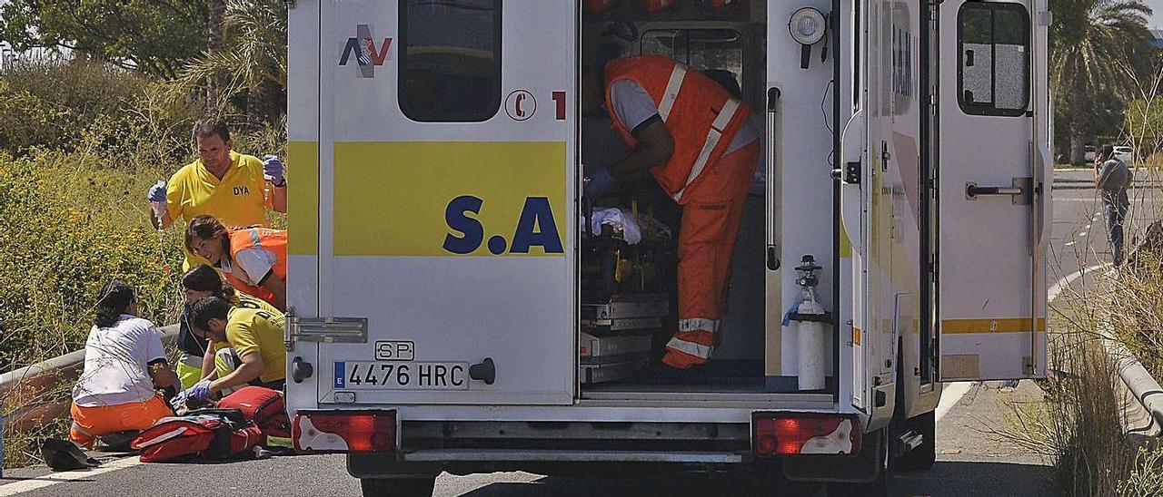 Una ambulancia del SAMU atiende un accidente de tráfico. |