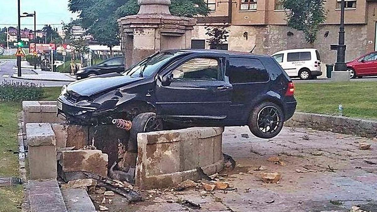 La fuente de Cuatro Caños, después de que un conductor ebrio impactase contra el monumento en 2019.   LNE