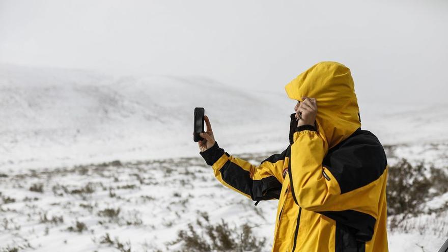La nieve provoca el cierre de la carretera de acceso a San Martín de Castañeda