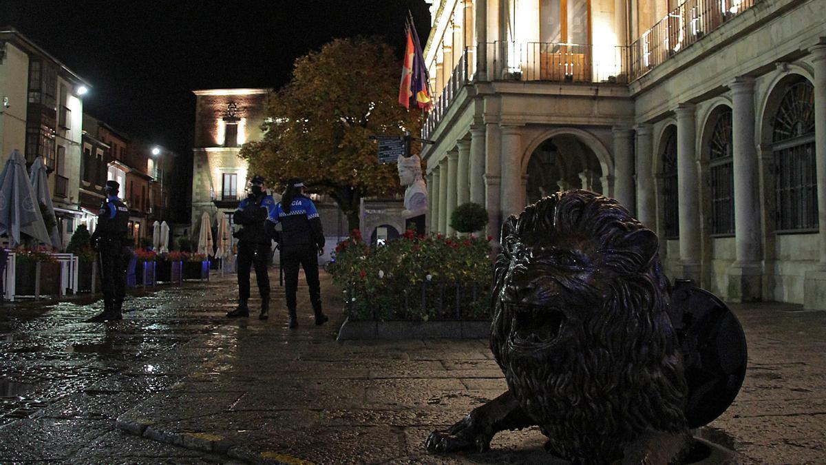 La Policía Local de León patrulla una zona de la ciudad.