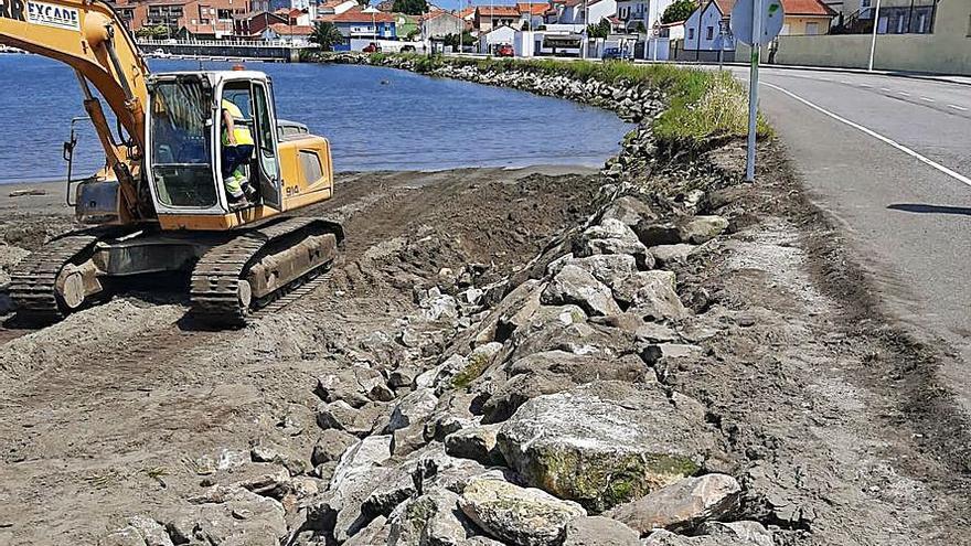 El Principado inicia la reparación de la escollera portuaria de La Arena dañada por los temporales