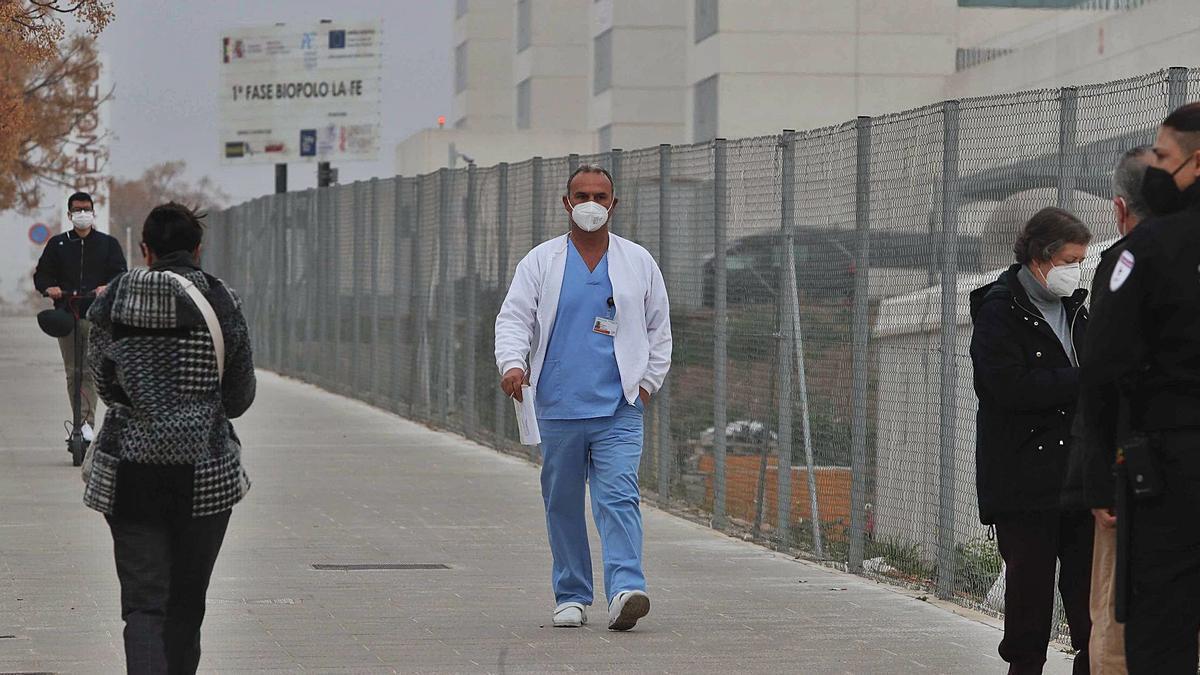 Un profesional sanitario camina por las inmediaciones del hospital de campaña de La Fe de València.  | JM LÓPEZ