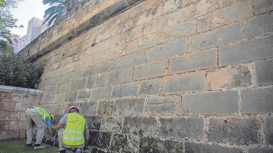 La muralla estará libre de hierbas en noviembre y restaurada dentro de un año