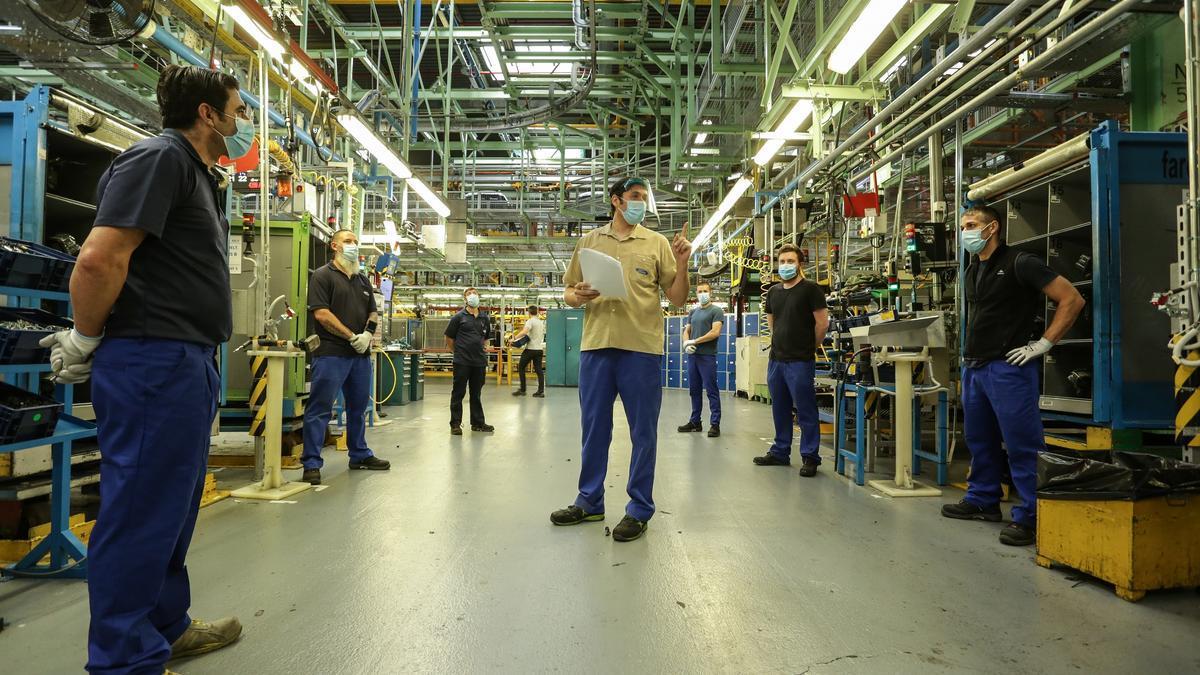 Trabajadores en la planta de Almussafes