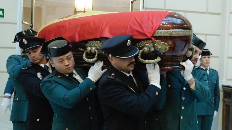 Que Li, el chino gijonés de la Guardia Civil, porta el féretro del fiscal general