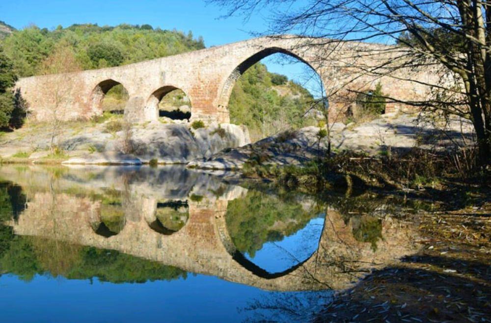 El pont de Pedret. El reflex del pont de Pedret, al municipi de Cercs, a les aigües del Llobregat crea una imatge bucòlica de l'indret. L'aigua tranquil·la crea un efecte mirall en la qual s'immortalitza el pont i el seu entorn.