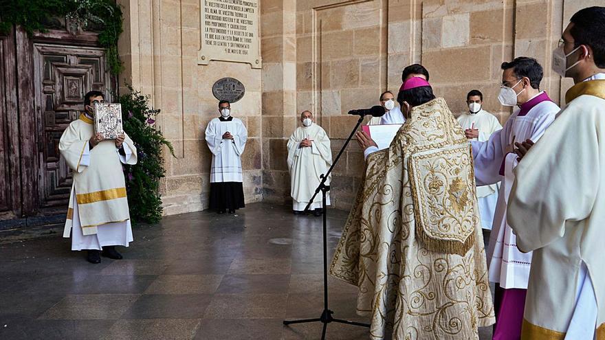 """El nuncio abre la Puerta Jubilar y ofrece """"el afecto del papa Francisco a Zamora"""""""