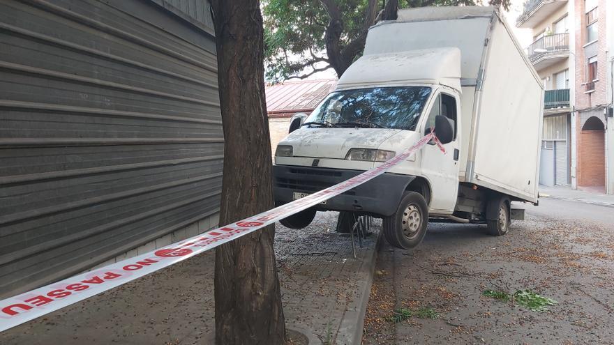 Un camió s'encasta a una branca i acaba damunt d'una tanca