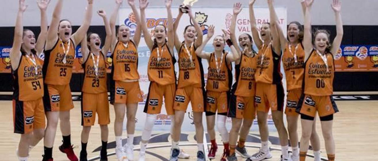 Daniela, segunda por la derecha, celebra con sus compañeras del Genovés València el título de campeona.