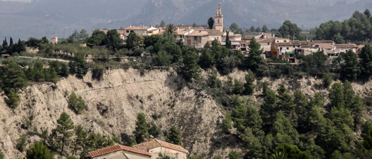 Vista del casco urbano de Benillup sobre el barranco de Caraita, la consolidación de cuya ladera no puede acometer el Ayuntamiento.