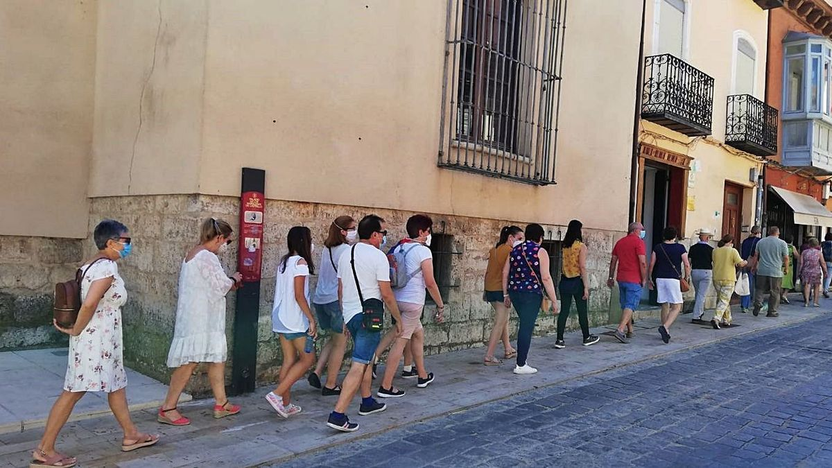 Los visitantes recorren la conocida calle Corredera. | I. Fortuoso