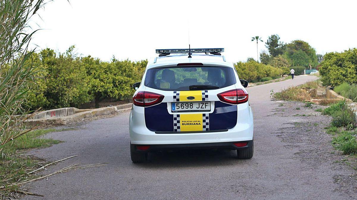 Un coche de la Policía Local, recorriendo el Camí Vell para dar seguridad a los vecinos